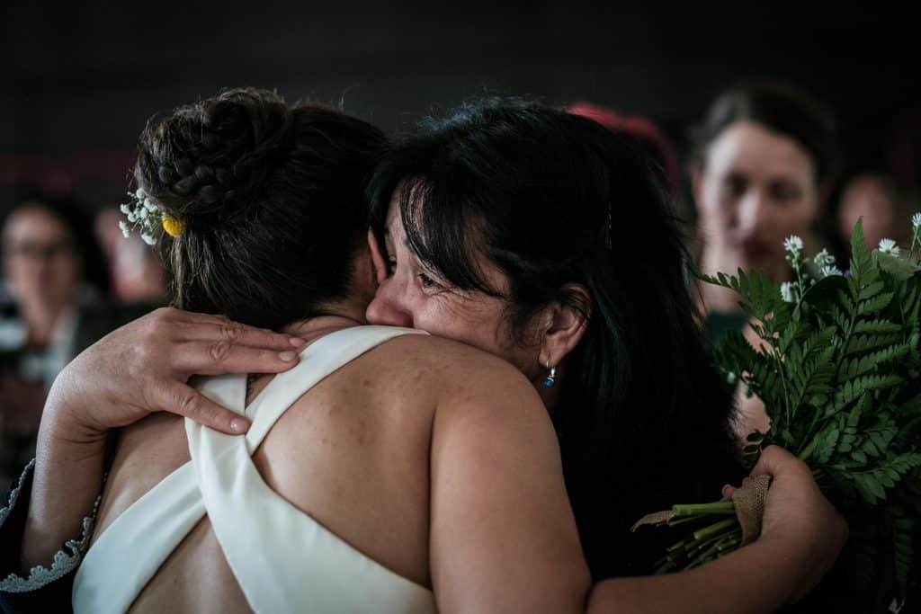 la mariée embrasse sa mère