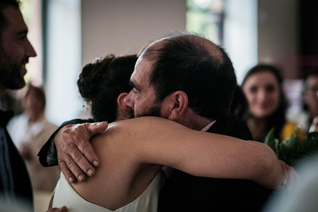 le père de la mariée embrasse sa fille