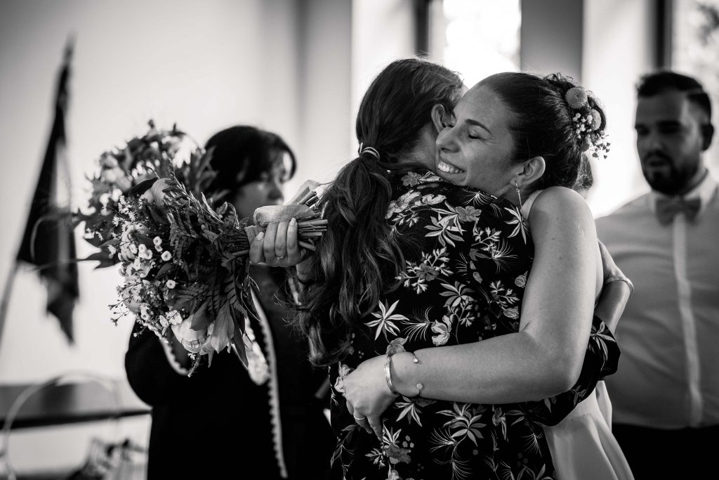 embrassades de la mariée après la cérémonie civile