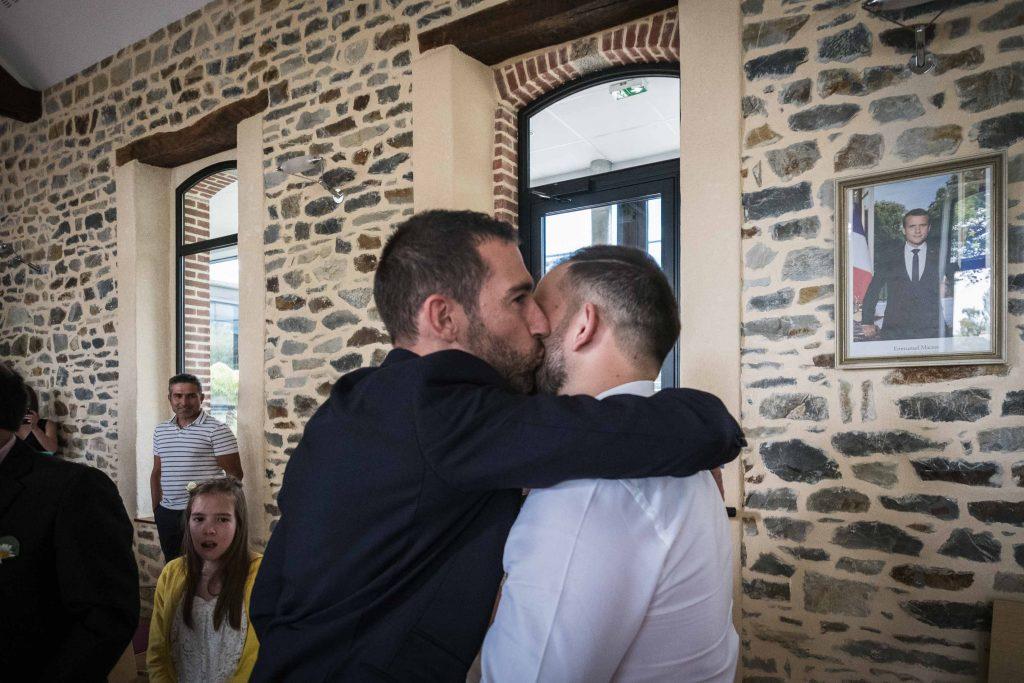 le marié embrasse son beau frère