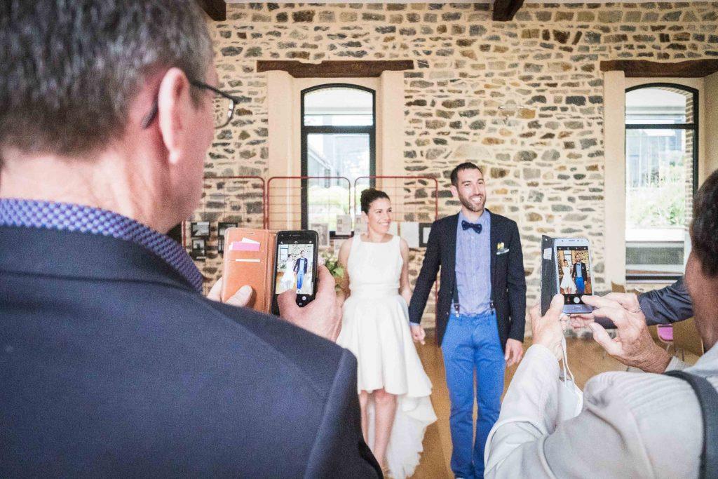 photo des mariés par les invités avec leurs téléphones