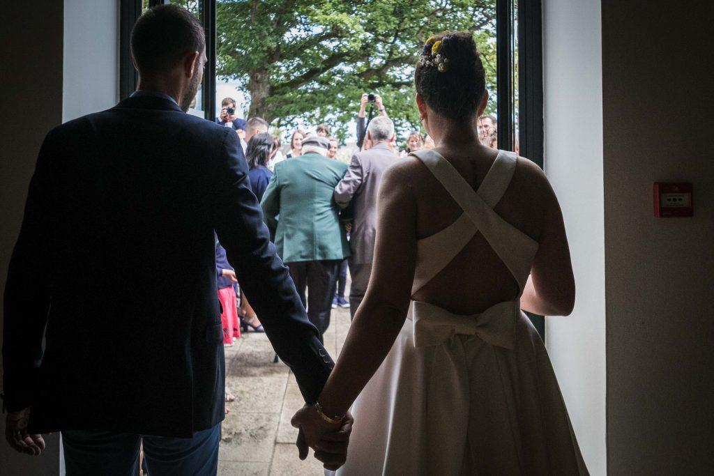 les mariés s'apprêtent à sortir de la mairie