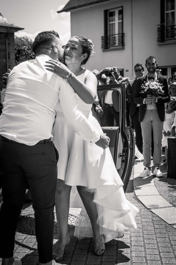 dernier baiser de la mariée à son frère avant de retrouver son futur mari devant la mairie de saint aubin d'aubigné