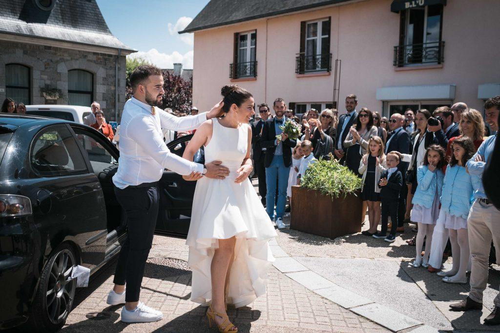 le frère de la mariée ému en laissant sa soeur découvrir son futur mari