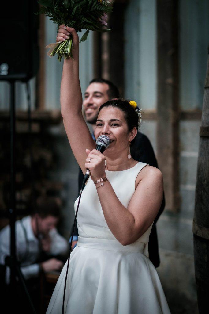 la mariée heureuse salue ses invités