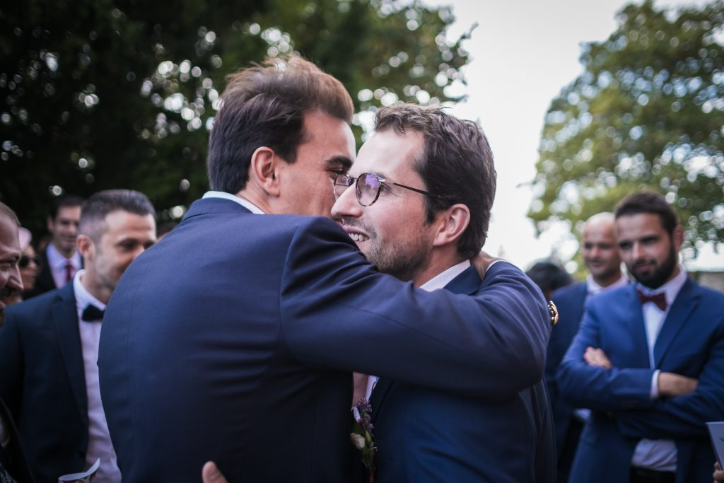 embrassade à la sortie de la cérémonie religieuse