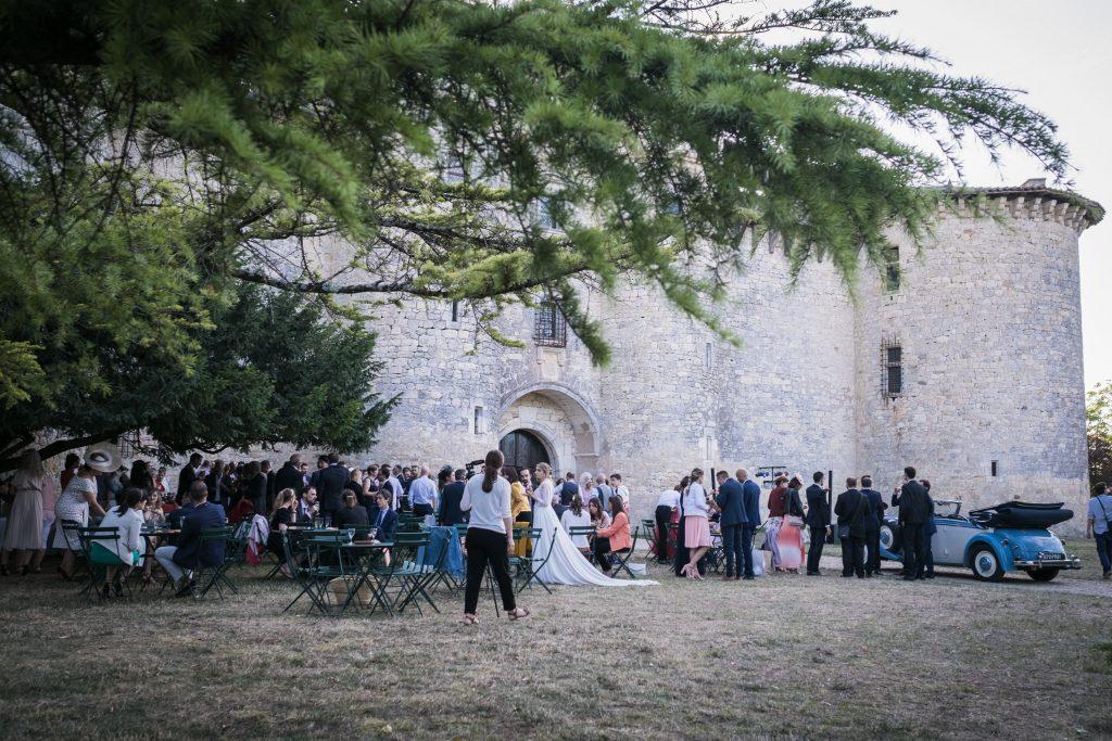 le vin d'honneur a l'extérieur du chateau de mauriac