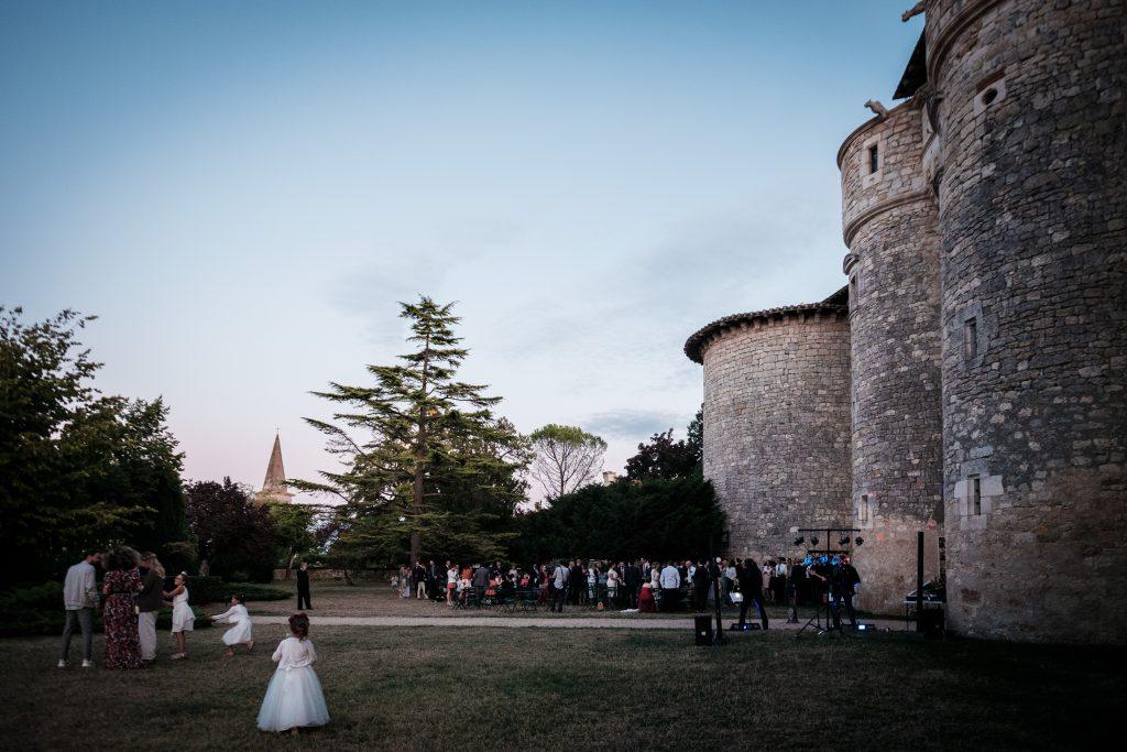 Mariage au Château de Mauriac le soleil se couche sur le vin d'honneur