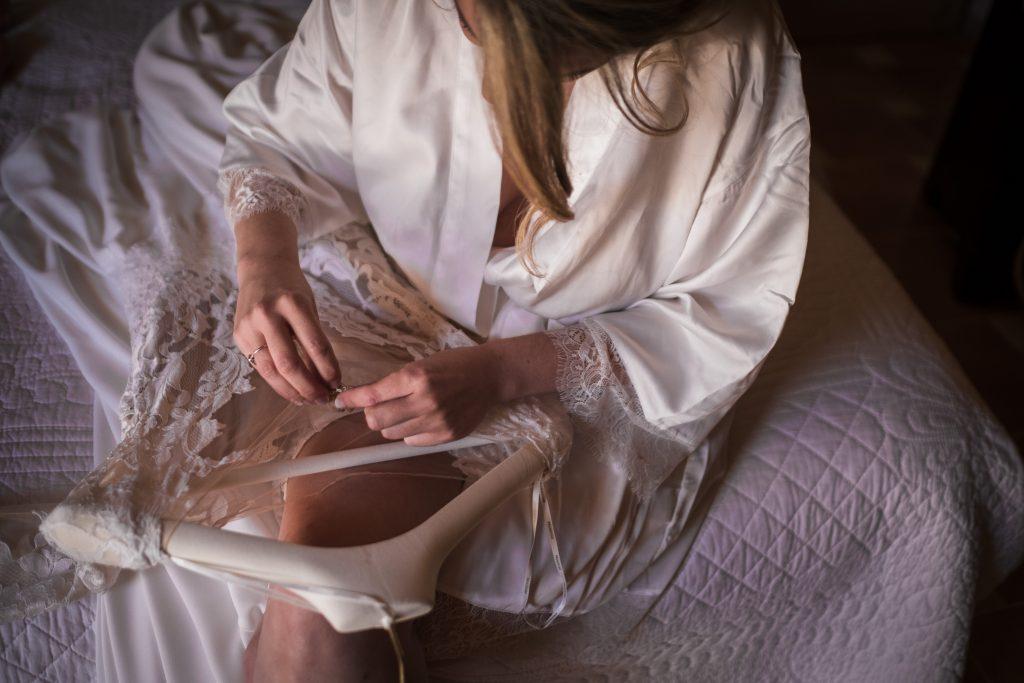 la mariée décroche sa robe du peintre en essayant de ne pas l'abimer