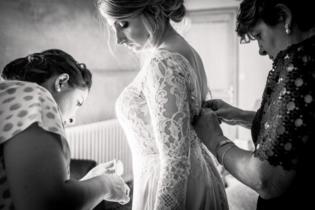 la soeur et la mère de la mariée vérifient les derniers détails