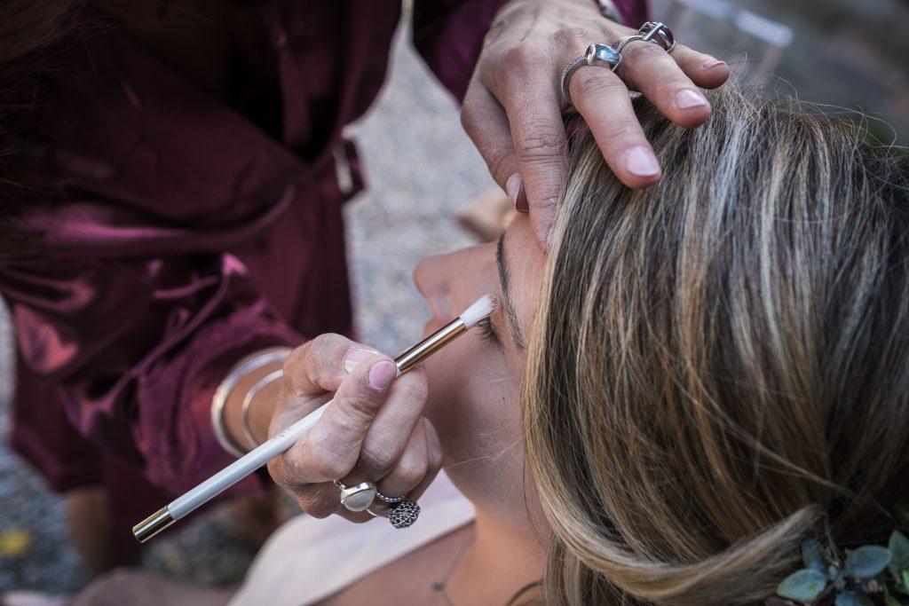 la mariée se fait maquiller par sa demoiselle d'honneur