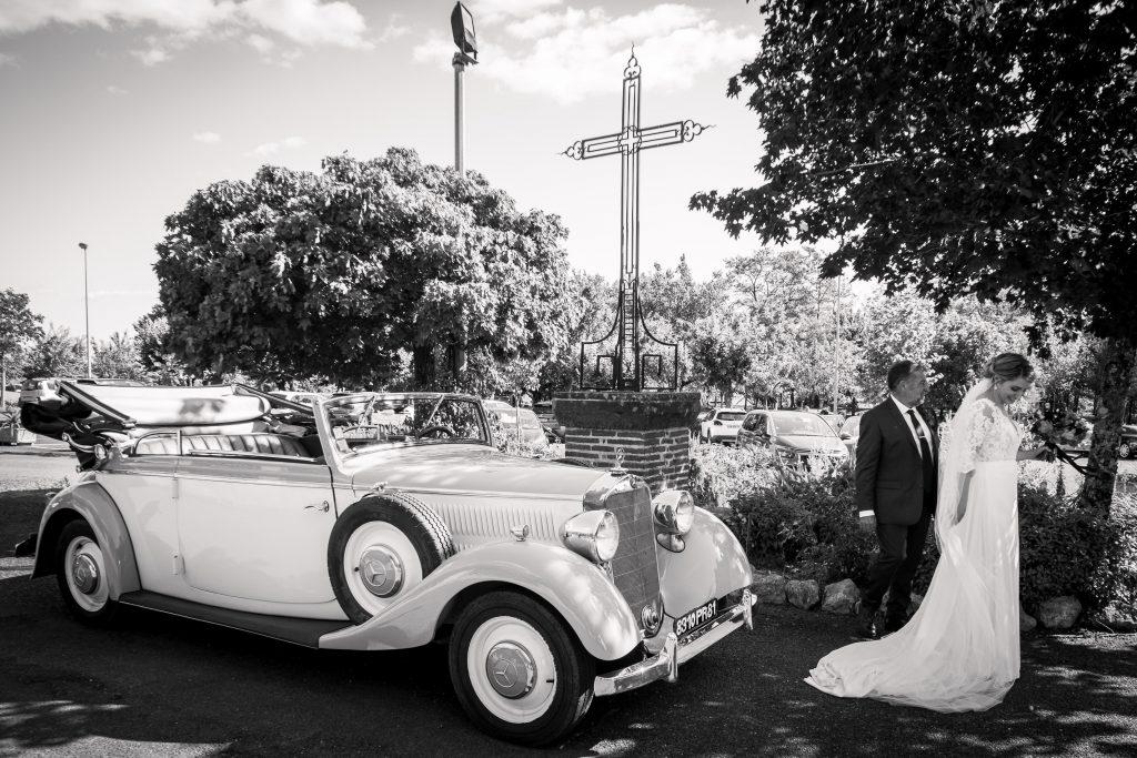 la mariée arrive dans une vieille mercedes auprès de son père