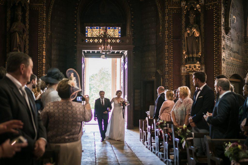 Mariage à Notre Dame de la Drèche la mariée avance au bras de son père