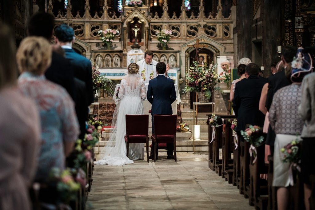 les époux face à l'autel à notre dame de la drèche