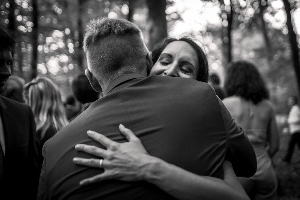 photographe mariage étangs de taysse hugging