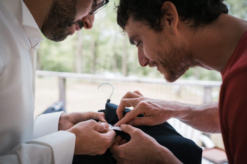 photographe mariage etangs de taysse le témoin et le marié se rendent compte que la poche est cousue