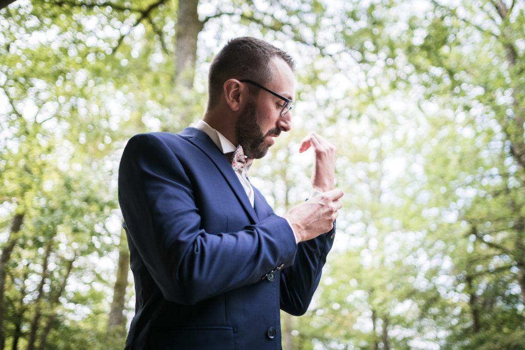 photographe mariage étangs de taysse le marié vérifie ses boutons de manchettes