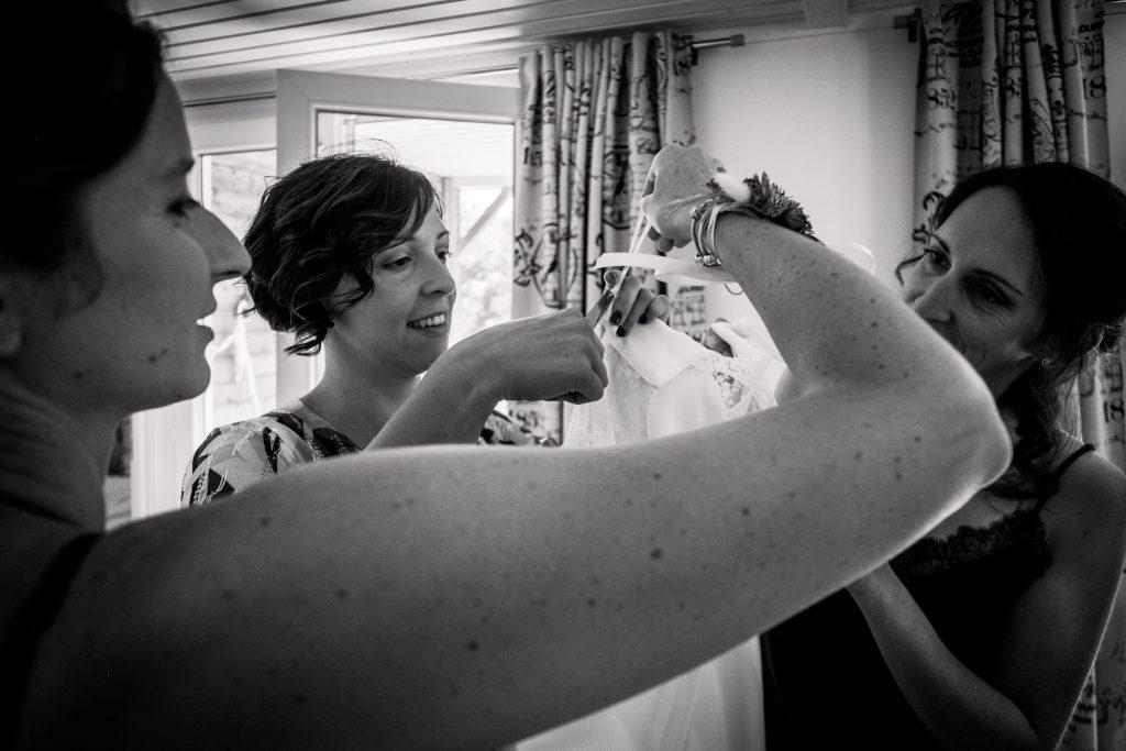 photographe mariage etangs de taysse préparatifs de la mariée en noir et blanc