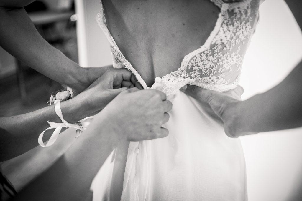 photographe mariage étangs de taysse details de robe sur-mesure mademoiselle madame couturière sur lyon