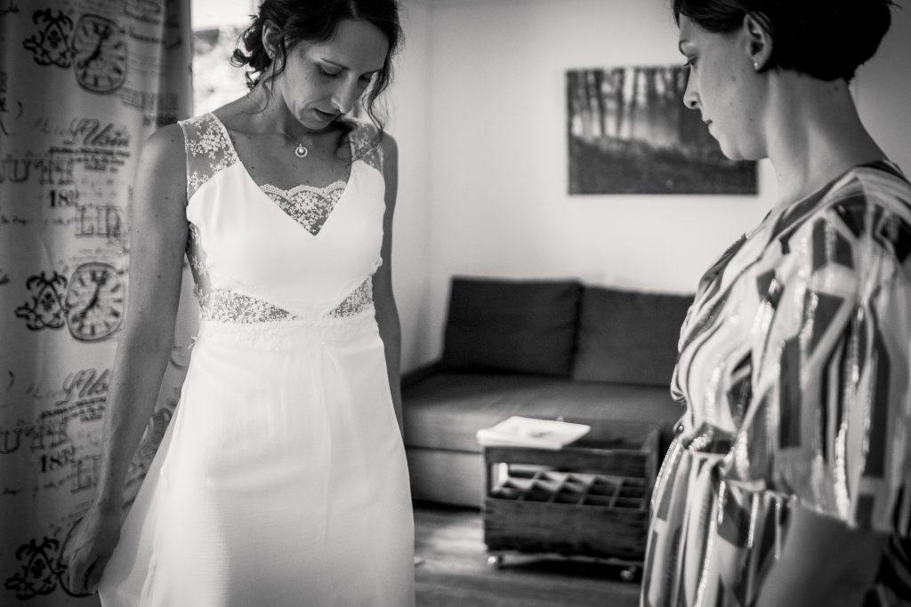 photographe mariage étangs de taysse la soeur de la mariée vérifie la mariée avant qu'elle retrouve son fiancé