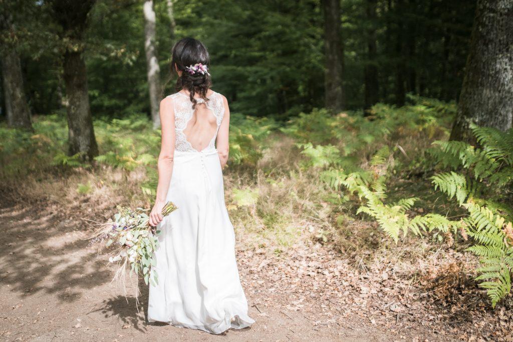 photographe mariage étangs de taysse la mariée part retrouver le marié pour le first look