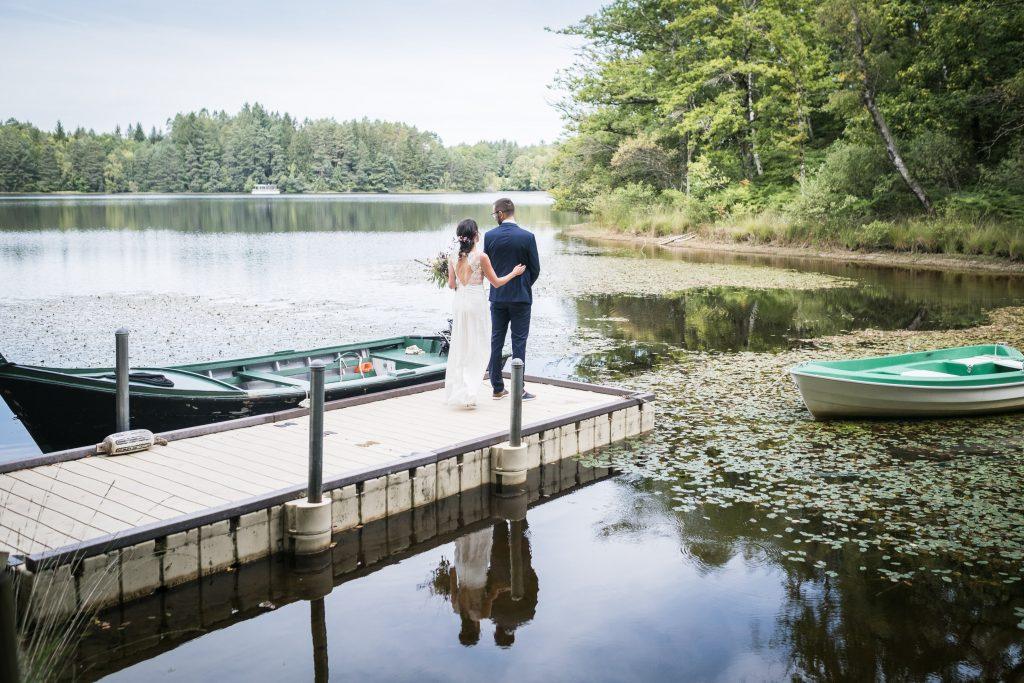 photographe mariage étangs de taysse la mariée se rapproche du marié pour le first look