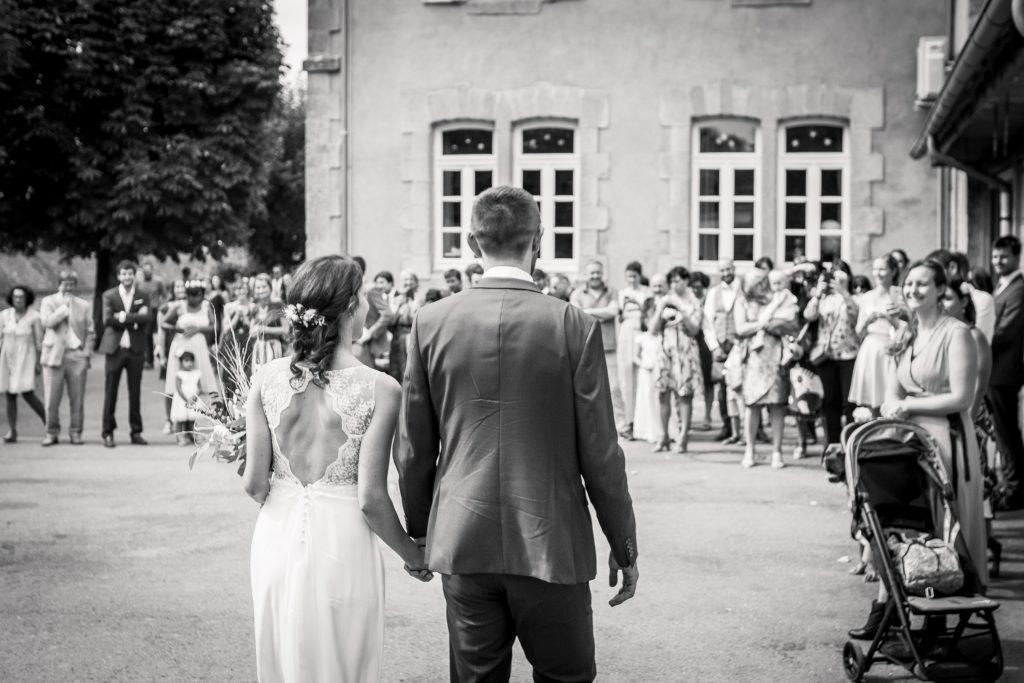 photographe mariage etangs de taysse arrivée des mariés à la mairie de sarran pour la cérémonie civile
