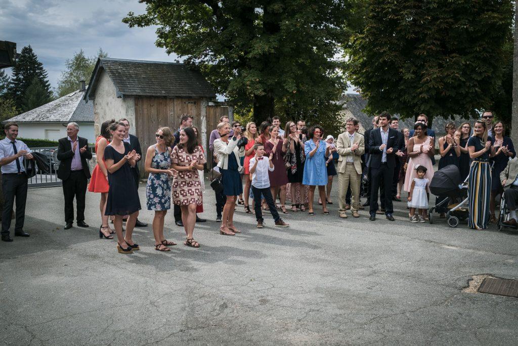 photographe mariage étangs de taysse les invités applaudissent les mariés