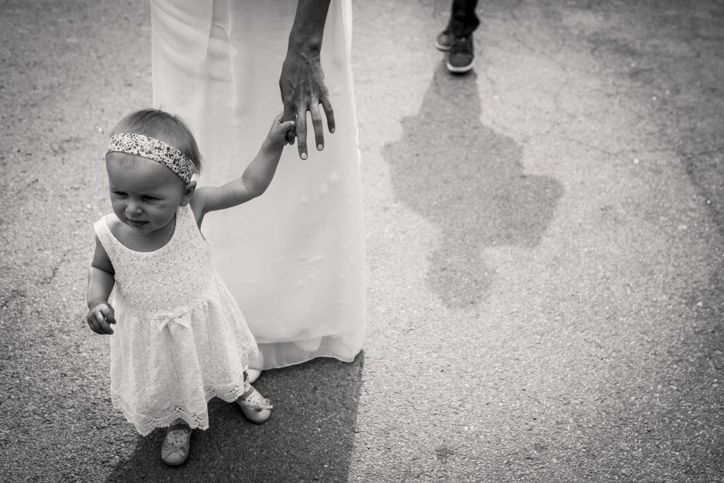 photographe mariage étangs de taysse arrivée des mariés à la mairie de sarran
