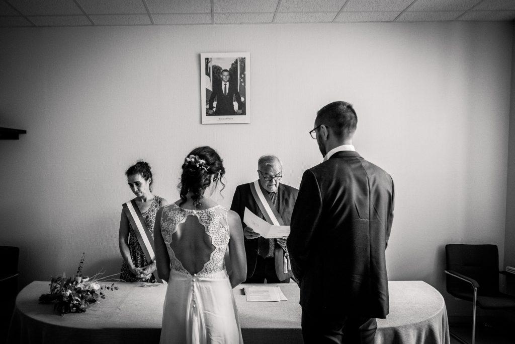 photographe mariage étangs de taysse cérémonie civile mairie couple noir et blanc