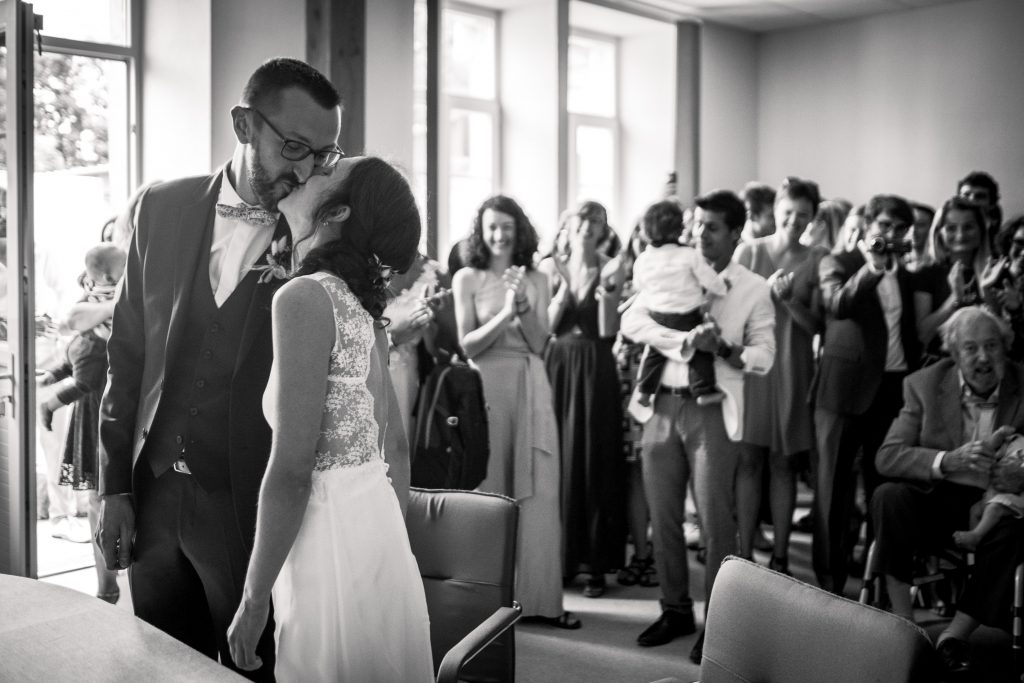 photographe mariage étangs de taysse corrèze baiser à la mairie
