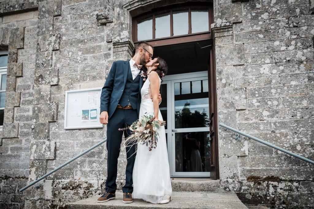 photographe mariage étangs de taysse corrèze baiser des mariés à la sortie de la mairie