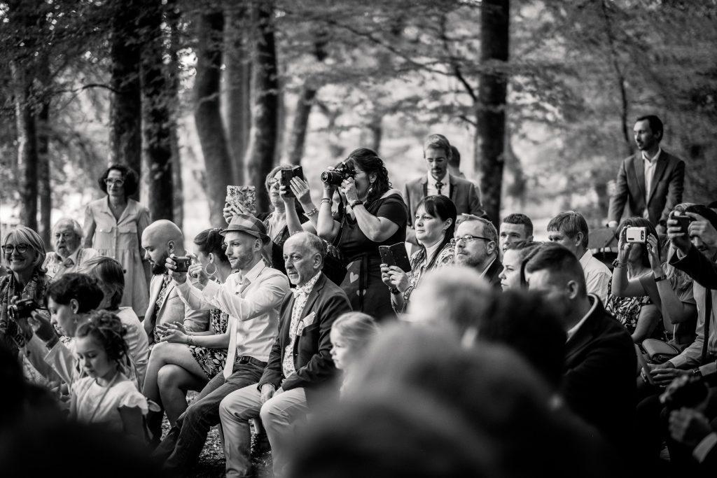 photographe mariage étangs de taysse cérémonie laïque invités prennent les mariés en photo