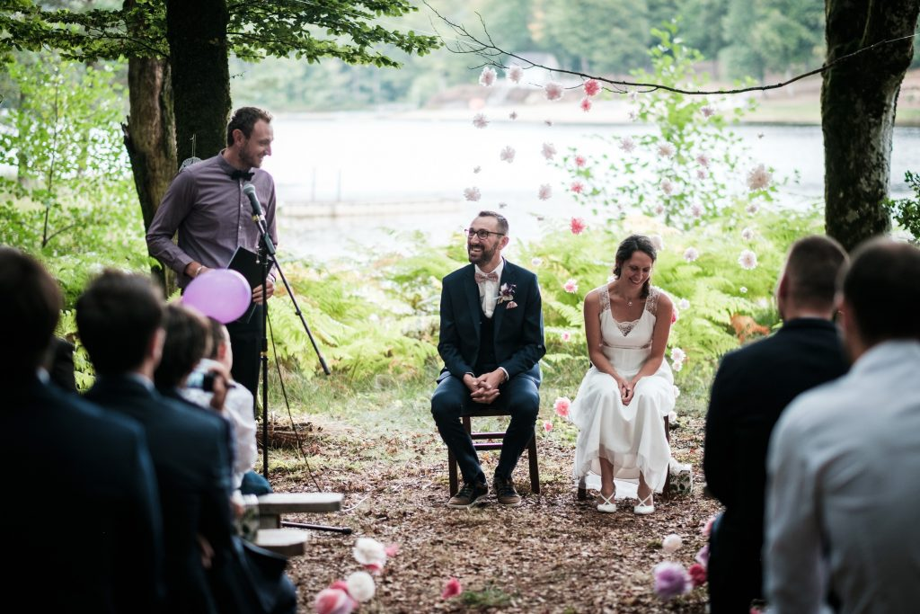 photographe mariage étangs de taysse couple officiant cérémonie laïque