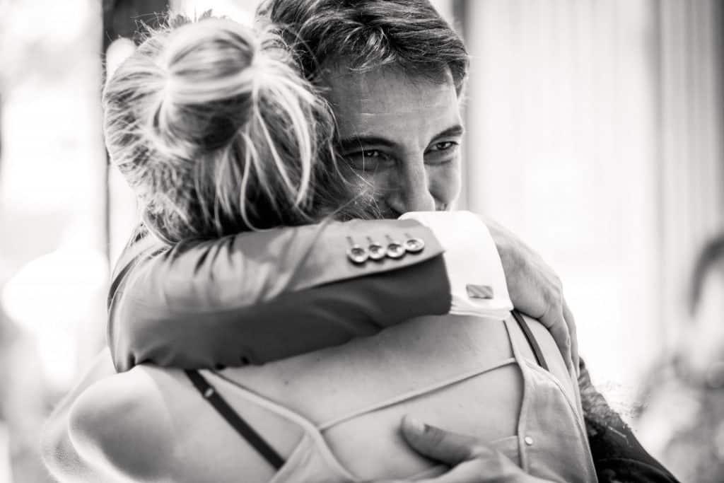 embrassade frère et soeur photographe mariage lot