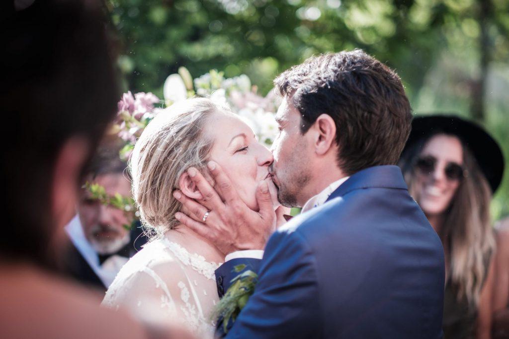 bisous volé des mariés photographe mariage lot