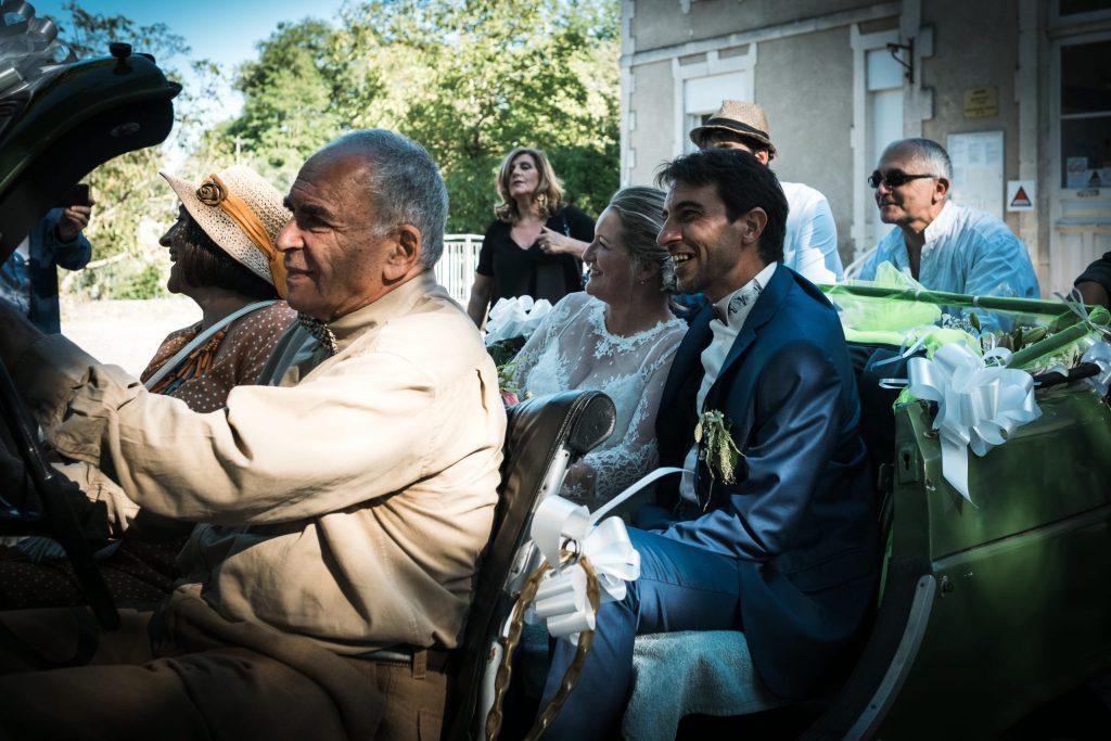 direction le vin d'honneur en 4L verte photographe mariage lot