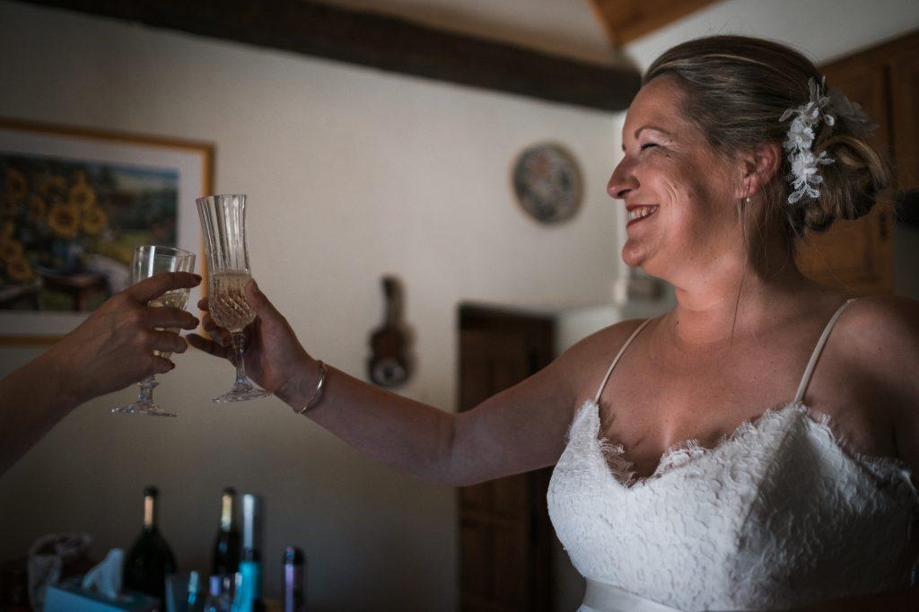 champagne pendant les préparatifs de la mariée photographe mariage lot