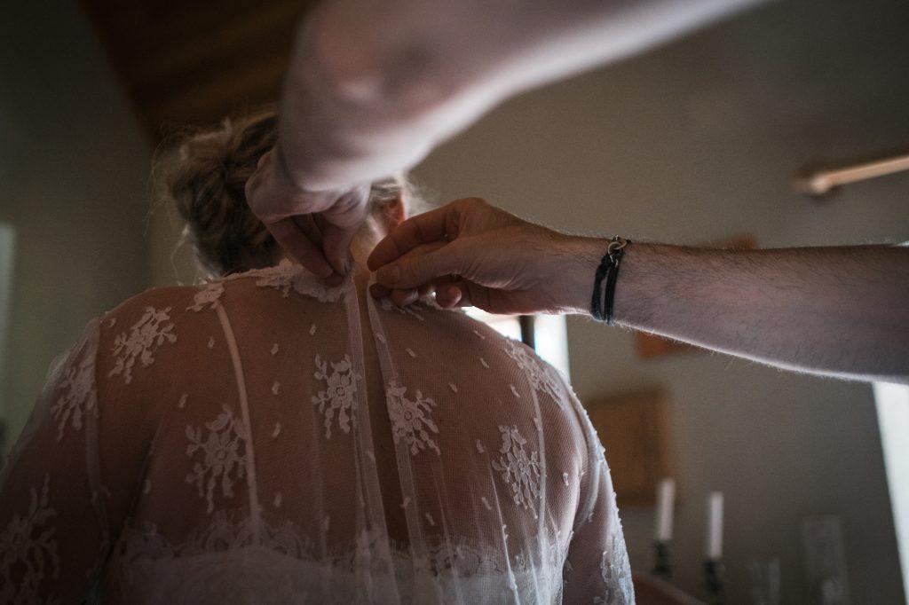 touche finale préparatifs de la mariée photographe mariage