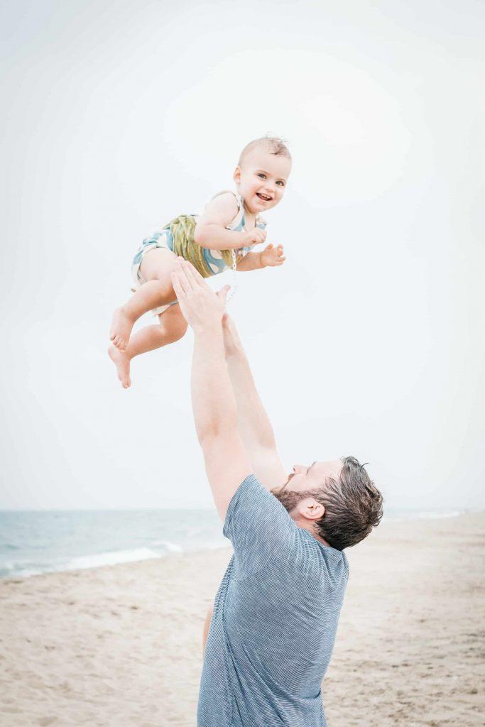 dans les bras de papa en bord de plage