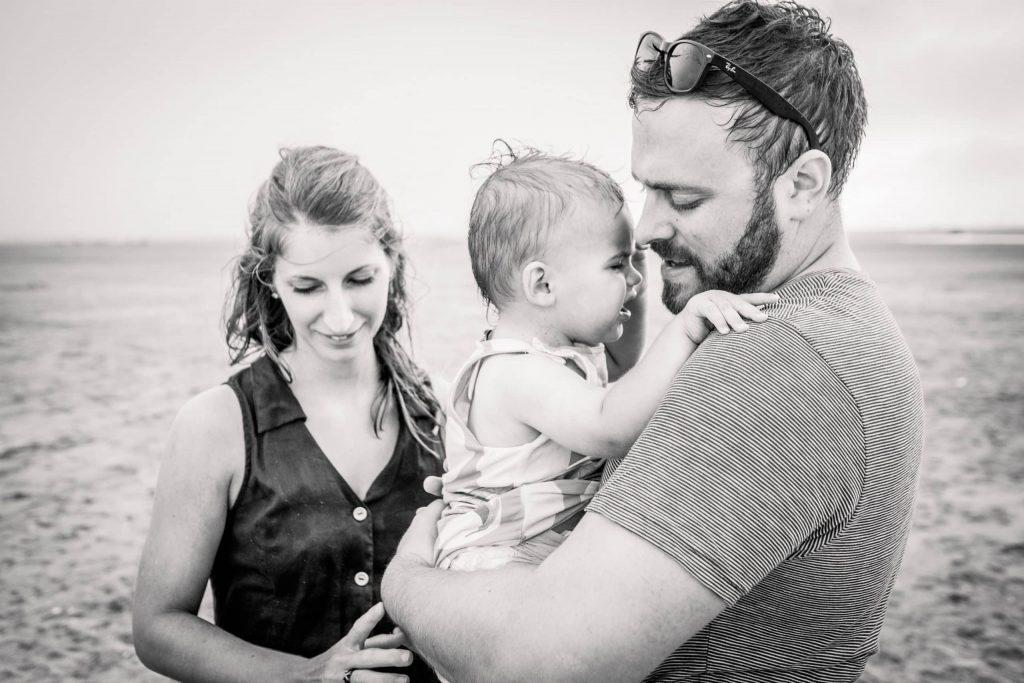 photographie noir et blanc de famille fin de session plage