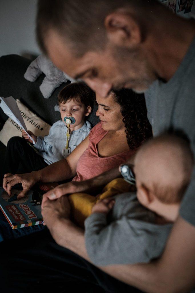 photo de famille à quatre pendant séance maternité