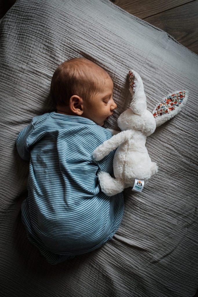 bébé à l'échelle de doudou pendant une séance photo reportage du quotidien