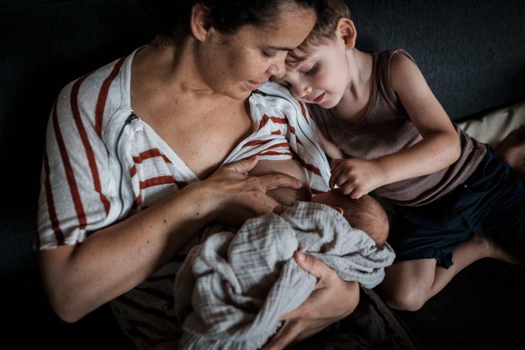 complicité pendant que maman donne le sein allaite le bébé