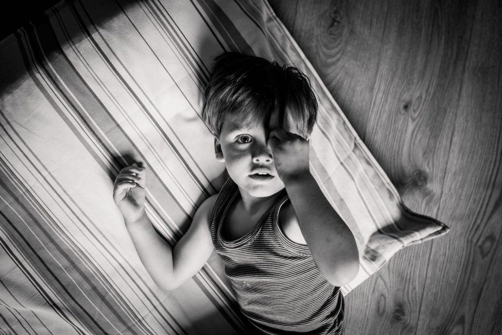 portrait enfant noir et blanc pendant un reportage photo du quotidien